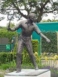320px-Fred_perry_statue_wimbledon